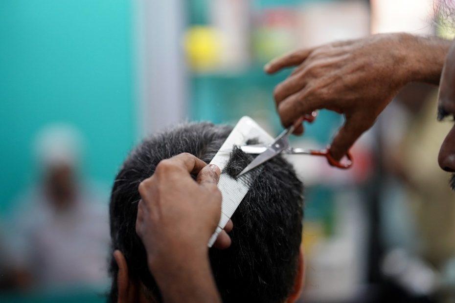 Mann som klipper hår